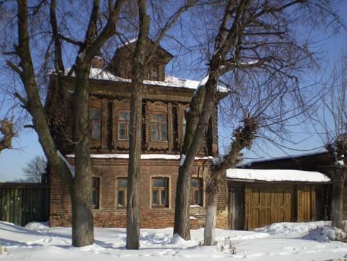 Старинный дом на главной большедворской улице. Хозяева, по всей вероятности, держали лавку или трактир.